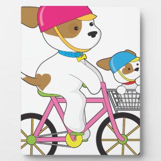 Perrito lindo en la bici placa de madera