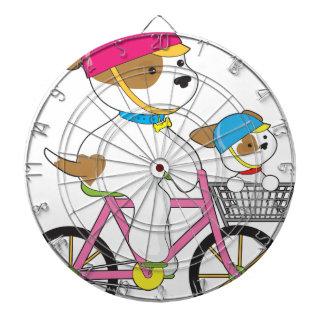 Perrito lindo en la bici tablero dardos