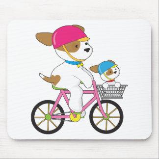 Perrito lindo en la bici alfombrillas de ratón