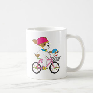 Perrito lindo en la bici taza básica blanca
