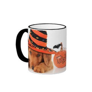Perrito lindo que lleva un gorra de la bruja de tazas de café