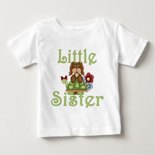 Perrito mullido 2 de la pequeña hermana playera