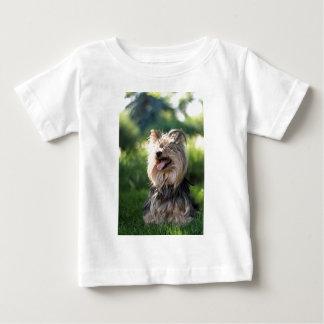 Perrito muy melenudo lindo Yorkshire Terrier Playera De Bebé