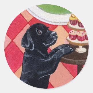 Perrito negro de Labrador con la pintura de las ma Pegatina Redonda