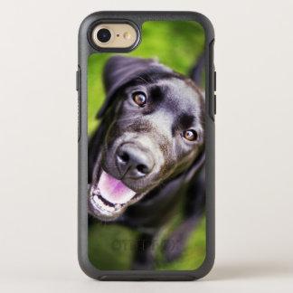 Perrito negro de Labrador que mira hacia arriba, Funda OtterBox Symmetry Para iPhone 7