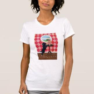 Perrito negro del laboratorio con las magdalenas camisetas