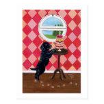 Perrito negro del laboratorio con las magdalenas tarjeta postal