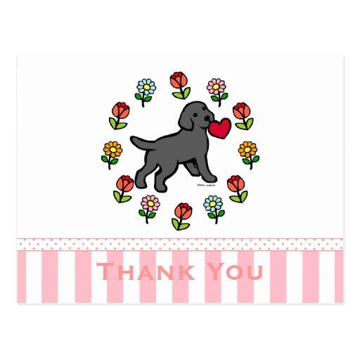 Perrito negro del laboratorio y corazón rojo tarjetas postales