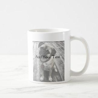 Perrito precioso del barro amasado en blanco y neg taza básica blanca