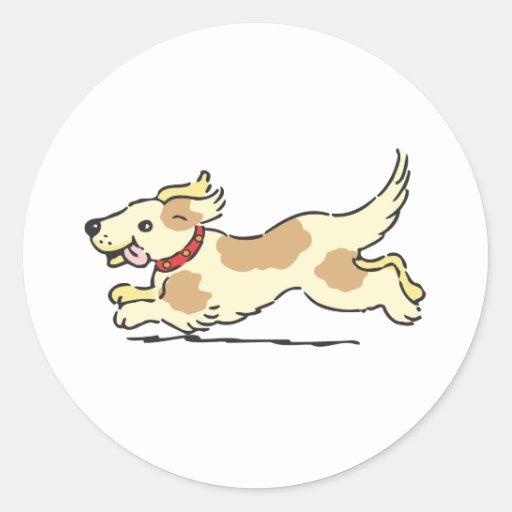 Perrito que corre con el toungue hacia fuera pegatina redonda