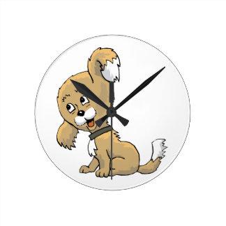 Perrito que escucha reloj redondo mediano
