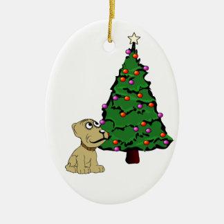 Perrito que mira en el ornamento del navidad del p ornatos