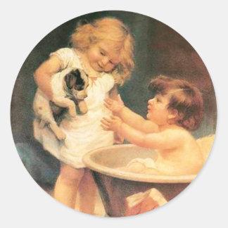 Perrito que toma un baño pegatina redonda