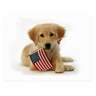 Perrito y bandera del golden retriever postal