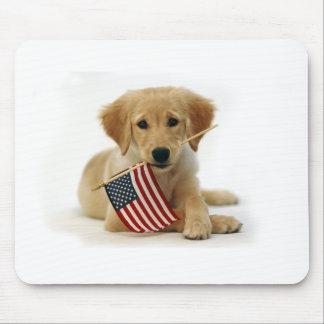 Perrito y bandera del golden retriever tapetes de ratón