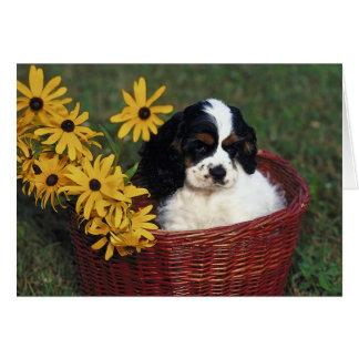 Perrito y flores en una cesta tarjeta pequeña