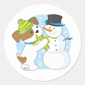 Perrito y muñeco de nieve lindos pegatina redonda