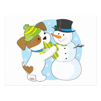 Perrito y muñeco de nieve lindos postal