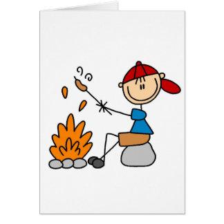 Perritos calientes en tarjeta de la hoguera