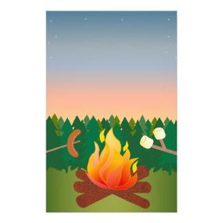 """Perritos calientes y S'mores del fuego del Folleto 5.5"""" X 8.5"""""""