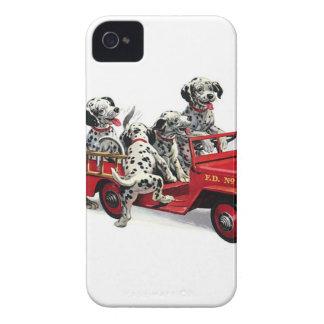 Perritos dálmatas con el coche de bomberos iPhone 4 cárcasas