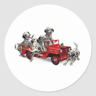 Perritos dálmatas con el coche de bomberos etiqueta redonda