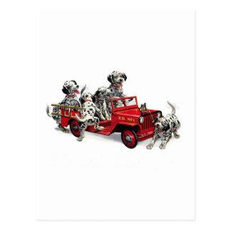 Perritos dálmatas con el coche de bomberos tarjeta postal
