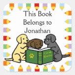 Perritos de Labrador que leen el dibujo animado Calcomania Cuadradas Personalizada