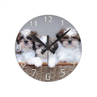 Perritos de Shih Tzu Reloj Redondo Mediano
