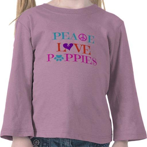 Perritos del amor de la paz en la camisa rosada