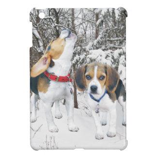 Perritos del beagle en las maderas Nevado
