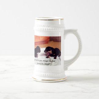 perritos demasiado jovenes beber el stein jarra de cerveza
