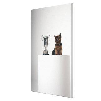 Perro al lado de un trofeo de plata grande impresión en lona