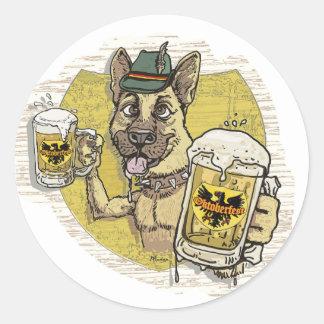 Perro alemán de la cerveza pegatina redonda