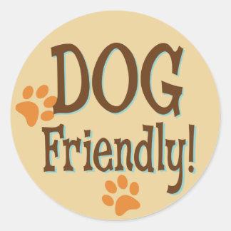 Perro amistoso pegatina redonda