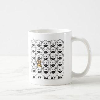 Perro australiano del ganado en las ovejas tazas de café