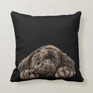 Perro casero negro del labrador retriever de la ac almohada