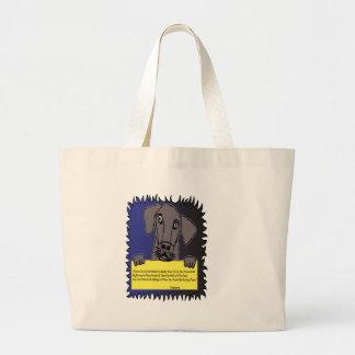 Perro casero que lleva a cabo una muestra bolsa tela grande