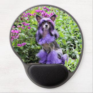 Perro con cresta chino púrpura en flores rosadas alfombrilla de raton con gel