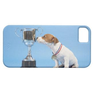 Perro con el trofeo iPhone 5 carcasa
