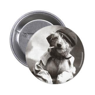 Perro con el tubo y el gorra pin redondo de 2 pulgadas