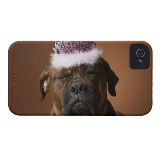 Perro con la corona del cumpleaños en la cabeza Case-Mate iPhone 4 cárcasa
