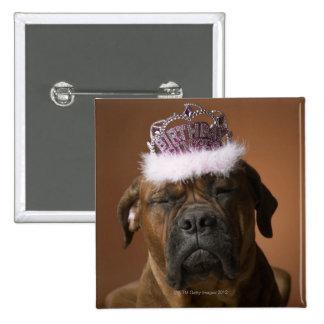 Perro con la corona del cumpleaños en la cabeza pin cuadrado