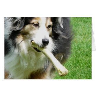 Perro con la invitación - hueso enorme de la carne tarjeta de felicitación