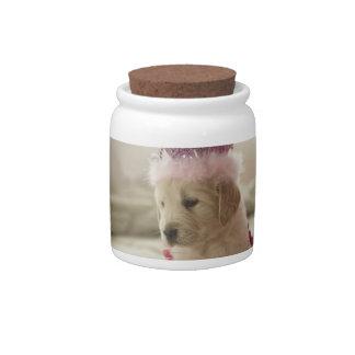 Perro con las decoraciones en cama jarras para caramelos