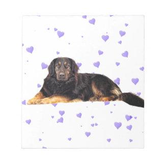 Perro con los corazones púrpuras que caen bloc de notas