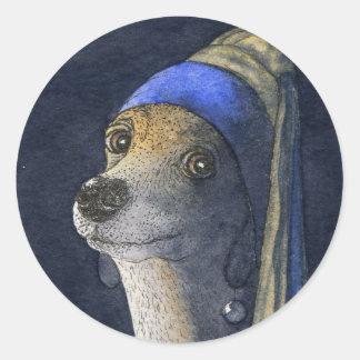 Perro con un pendiente de la perla etiqueta redonda