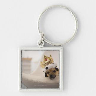 Perro con una corona llavero cuadrado plateado