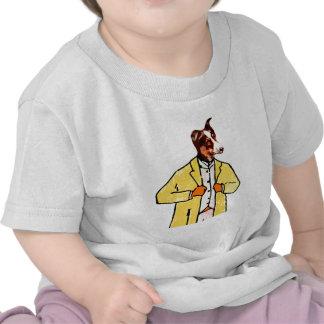Perro con una nueva capa camiseta
