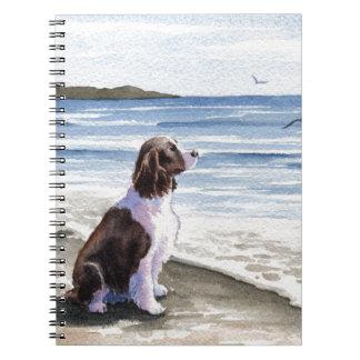 Perro de aguas de saltador en la playa libro de apuntes